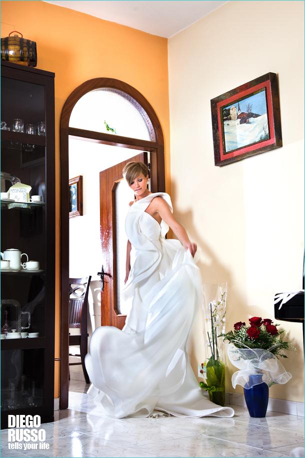 27eefd1d02c1 Abito Sposa Monospalla – Sposa Capelli Corti – Foto Naturale Sposa –  Acconciatura Sposa Capelli Corti – Immagine Abiti Da Sposa – Orecchini Sposa  – Foto ...