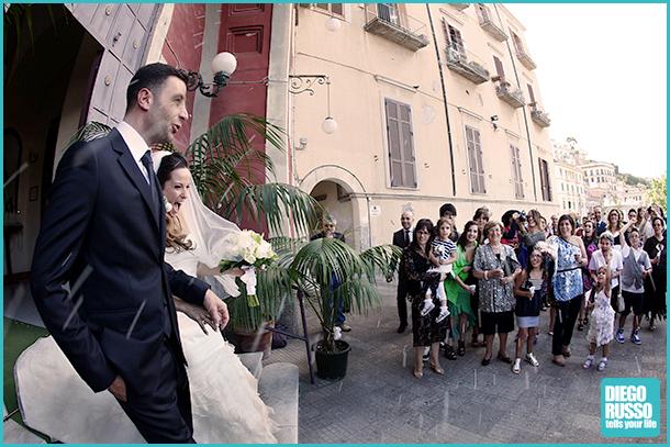 foto degli sposi che escono da chiesa - foto degli sposi - foto del lancio del riso - foto spontanee al matrimonio - foto reportage