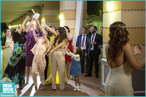 foto del lancio del bouquet - foto del matrimonio - foto spontanee al matrimonio - foto della sposa che lancia il bouquet - foto reportage