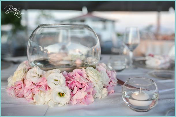 foto centrotavola con fiori e candela - foto centrotavola da matrimonio - foto centrotavola con fiori bianchi e rosa